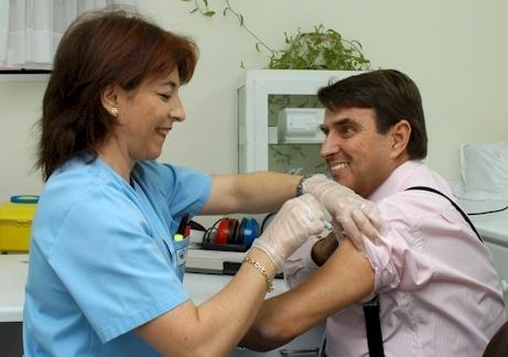 prof_delgado_vacuna_gripe_2005.jpg