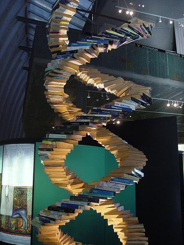 Doble Hélice de ADN… hecha de libros por alvy.