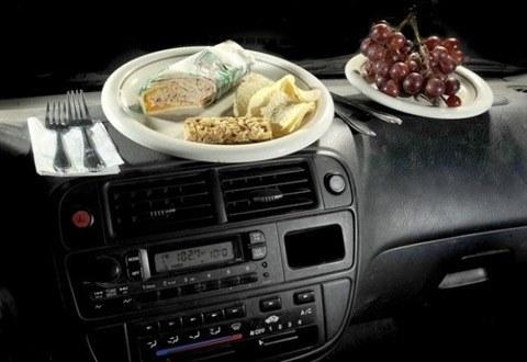 Comer mientras se viaje en coche