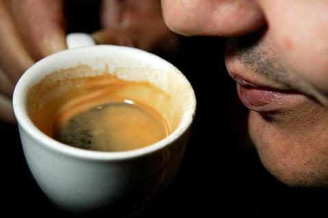 Beber café favorece la incontinencia urinaria