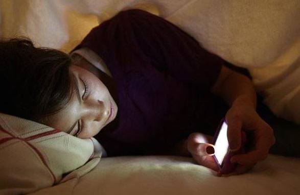 dormir con el móvil encendido.jpg