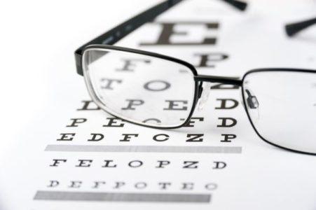 causas-de-la-vision-borrosa-gafas-sobre-texto