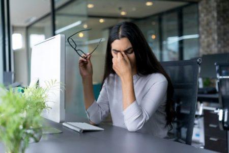 causas-de-la-vision-borrosa-mujer-en-oficina