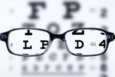 que-es-la-vision-borrosa-mano-gafas-letras