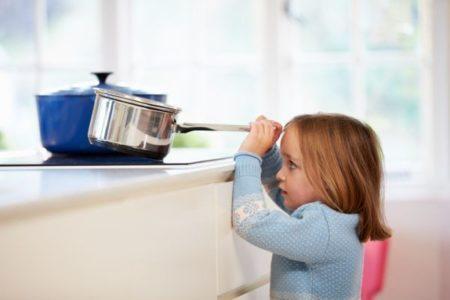 que-hacer-cuando-te-quemas-nina-peligro-cocina-cacerola