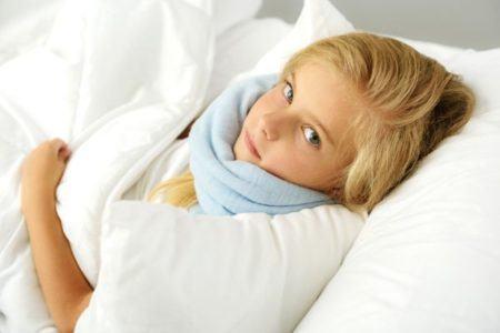remedios-caseros-para-aclarar-la-voz-nina-en-cama