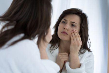 sintomas-de-la-vision-borrosa-mujer-frente-al-espejo